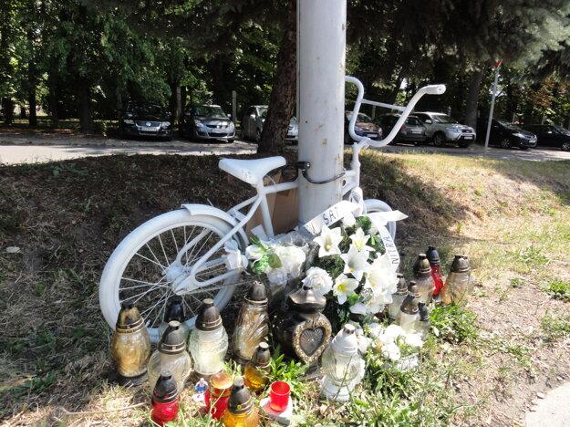 Bicykel duchov inštalovali pod Zoborom krátko po nehode, je tam dodnes.