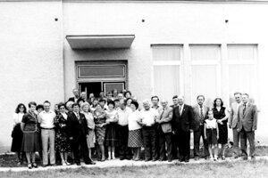 Občania obce udržiavali čulé družobné styky s občanmi českej obce Petřvald z okresu Nový Jičín. Táto spoločná fotka vznikla pri návšteve v Košťanoch nad Turcom v roku 1984 pred novými dielňami v areáli ZDŠ.