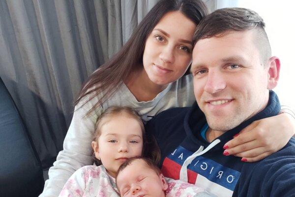Mikušovci: manželia Patrik a Michaela a dcérka Ninka so synčekom Matiasom, z ktorých majú obrovskú radosť aj starí rodičia Ján a Erika.