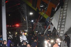 Zrútený most so súpravou metra v metropole Mexika.