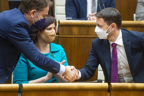 Podpredseda vlády a minister financií Igor Matovič, podpredsedníčka vlády a ministerka investícií Veronika Remišová a premiér Eduard Heger.