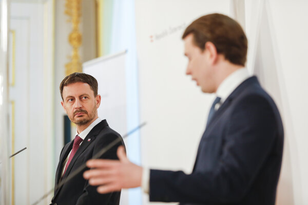 Slovenský premiér Eduard Heger (vľavo) a rakúsky kancelár Sebastian Kurz.