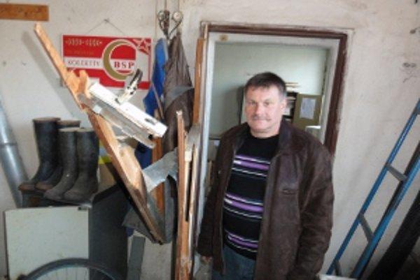 Peter Sendlai pri dverách, ktoré poškodili zlodeji.