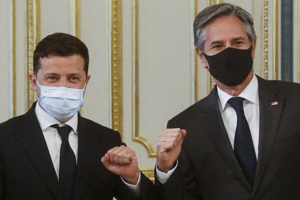 Ukrajinský prezident Volodymyr Zelenskyj (vľavo) a minister zahraničných vecí USA Antony Blinken.