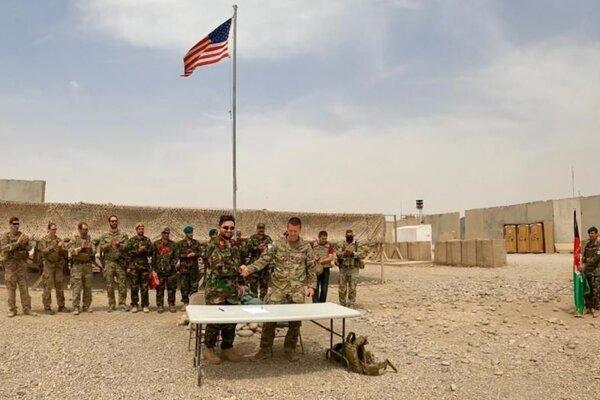 Ceremoniál pri odovzdávaní základne afganským silám v provincii Helmand.