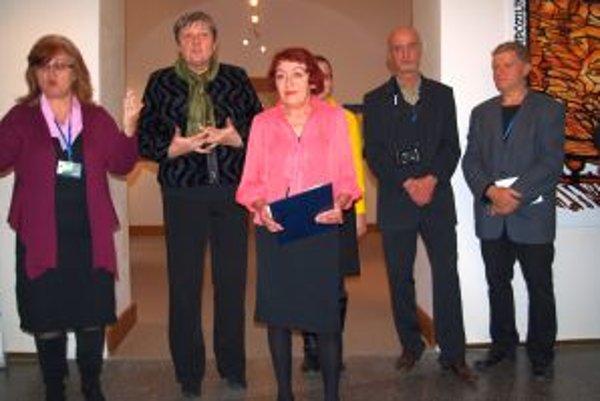 Vernisáž v galérii: druhá zľava Anna Šmehilová z Effety, kurátorka Marta Hučková a dvaja z  vystavujúcich nepočujúcich umelcov - Mirek Słedz a Stanislav Lubina.