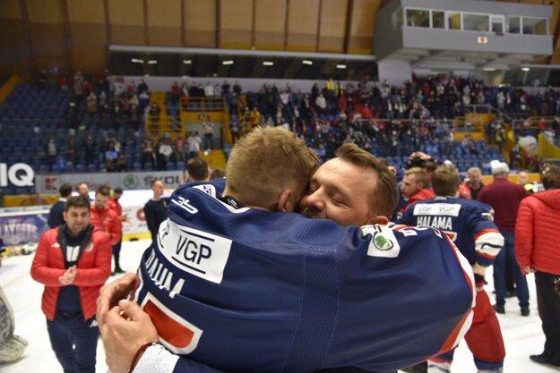 Andrej Podkonický v objatí s Robinom Rahmom.