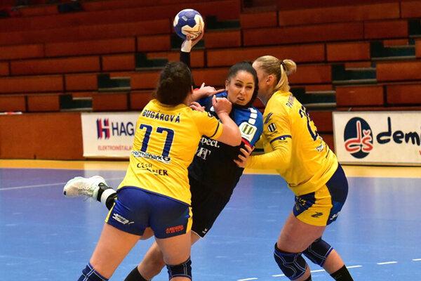 V modrom Šalianka Rácková medzi dvojicou Bugárová - Pastorková.