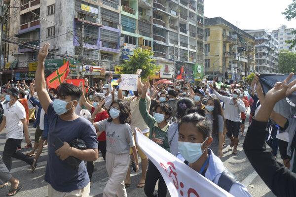 Demonštrácie proti junte v Mjanmarsku neutíchajú.