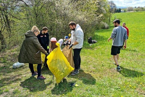 Aktivistom a dobrovoľníkom v Záturčí sa podarilo vyzbierať 34 vriec odpadu.