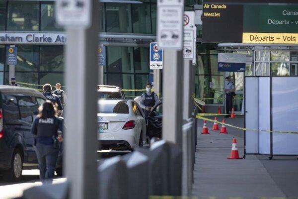 Miesto činu neďaleko odletového terminálu na medzinárodnom letisku v kanadskom Vancouveri.