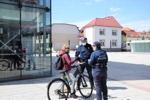 Policajti cyklistom vysvetľujú nové pravidlá.