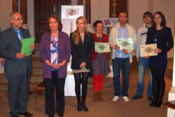 Predkladatelia troch víťazných projektov zo zástupcami Klubu darcov.