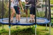 Aké bezpečnostné zásady treba dodržiavať, aby sa deti na trampolínach vyhli úrazom?