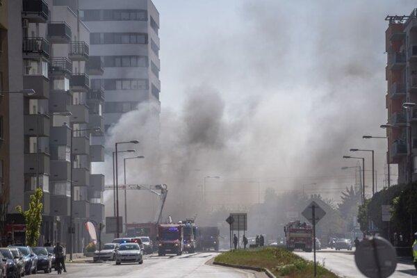 Na snímke požiar budovy skladu na Kazanskej ulici v Podunajských Biskupiciach v Bratislave 10. mája 2021. Pravdepodobne sa v ňom nachádzajú pneumatiky.