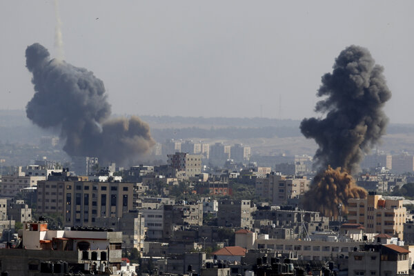 Dym stúpa z budov v Gaza City po náletoch izraelského letectva.
