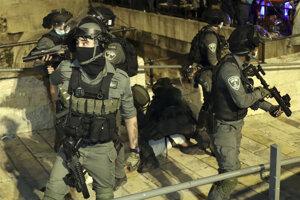 Izraelskí vojaci v uliciach Jeruzalema.