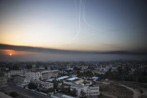 Dymová clona a útok izraelských rakiet nad Gaza City.