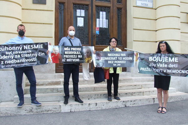 Dnes pred nitrianskym súdom. Vľavo je Sebinkov otec, vpravo jeho stará mama.