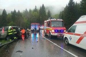 Pri nehode v katastri obce Mýto pod Ďumbierom sa zrazilo osobné vozidlo s kamiónom.