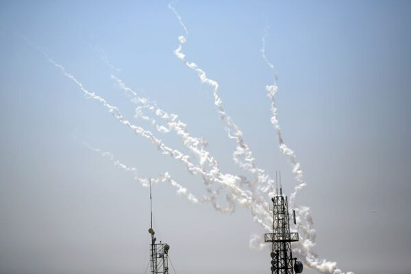 Rakety smerujúce z pásma Gazy na územie Izraela.