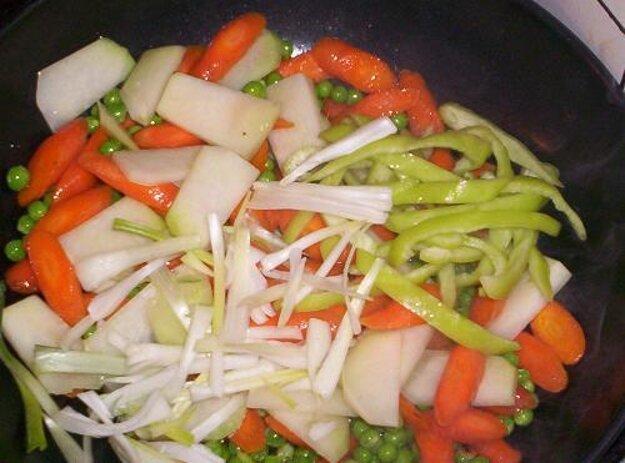 Pražené ryžové rezance so zeleninou