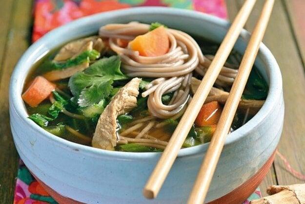Ázijská kuracia polievka s rezancami