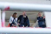 Funkcionári FC Nitra na zápase proti Seredi v Zlatých Moravciach. Zľava Zdenka Bubáková (pracovníčka sekretariátu a ekonomického oddelenia), Martin Peško (predseda predstavenstva) a Igor Demo (člen predstavenstva).