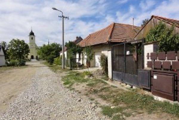 Ulica je v centre obce, no jej obyvatelia sa cítia byť diskriminovaní.
