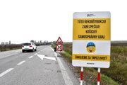 Frekventovanú cestu medzi Čaňou a Haniskou začnú asfaltovať v pondelok.