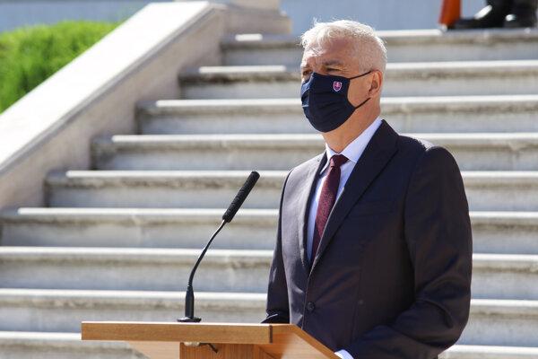 Minister zahraničných vecí Ivan Korčok počas tlačovej besedy troch najvyšších ústavných činiteľov o budúcnosti Európy v hradnej záhrade.