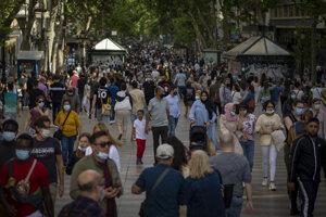 Plná hlavná ulica La Rambla v centre Barcelony