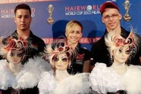Aktuálni majstri sveta - zľava Lukáš Očenáš, Simona Urbanová a Sean Kasumovič s víťaznými účesmi.