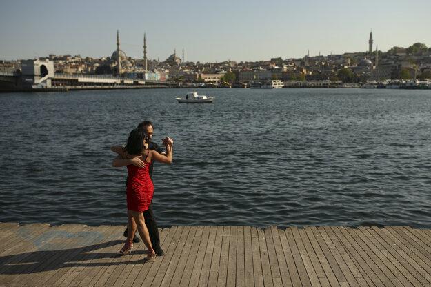 Tancujúci pár pri Bosporskom prielive, ktorý rozdeľuje Istanbul na európsku a ázijskú časť.