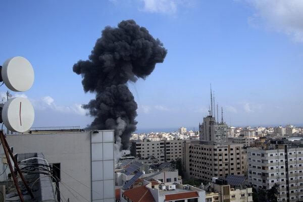 Stúpajúci dym po izraelskom bombardovaní v Gaze.