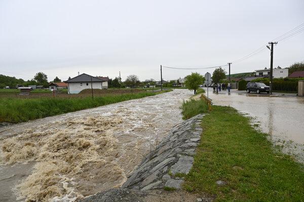 Povodeň v obci Horné Naštice (okres Bánovce nad Bebravou).
