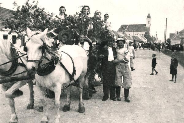 Súčasťou oberačkových slávností bol aj alegorický sprievod obcou. Fotka je zroku 1947.
