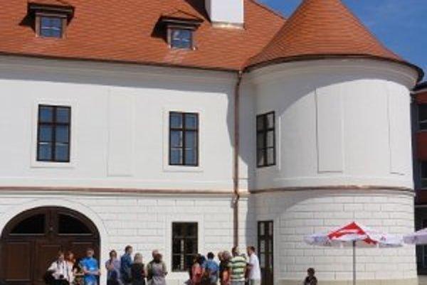 Kaštieľ v Nových Sadoch chceli zbúrať už pred stovkami rokov. Osud mu ale zatiaľ praje, za posledný rok ho kompletne zrekonštruovali.
