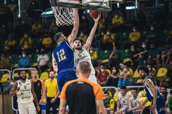 Útočnú akciu Levických Patriotov zakončuje ich rozohrávač Šimon Krajčovič, po záverečnom hvizde prvého finálového zápasu sa radovali Spišskí Rytieri.