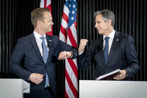 Šéf americkej diplomacie Antony Blinken (vpravo) a dánsky minister Jeppe Kofod počas stretnutia na Islande.