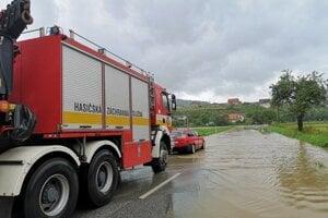 Vyťahovanie uviaznutého auta na zaplavenej ceste vo Finticiach v roku 2019.