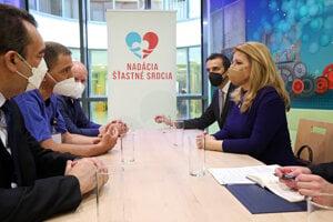 Prezidentka SR Zuzana Čaputová (vpravo) počas návštevy novovybudovaného oddelenia Detského kardiocentra NÚSCH v Bratislave.