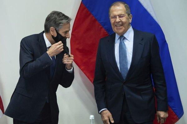 Ruský minister zahraničných vecí Sergej Lavrov (vpravo) a šéf americkej diplomacie Antony Blinken.
