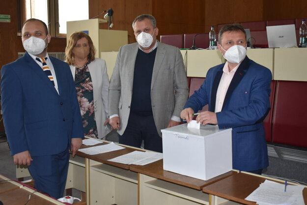 Humenskí poslanci volili predsedu a členov predstavenstva 1. Humenskej, a. s., tajne.