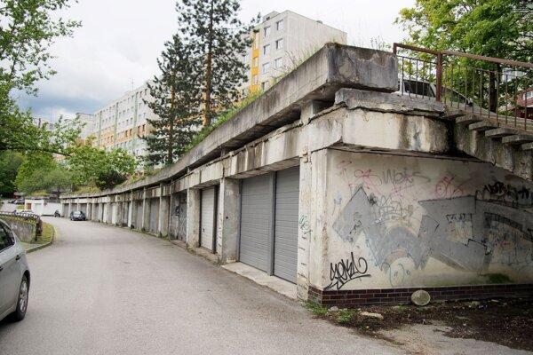 Podiel v garážach na Rozkvete mesto odpredáva