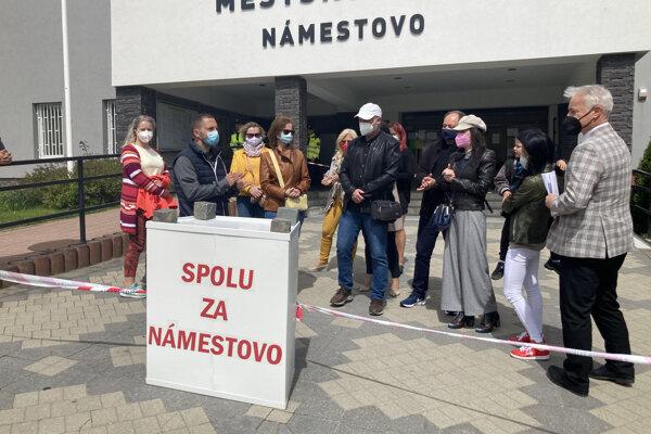 Protestu pred mestským úradom sa zúčastnilo asi 20 ľudí.