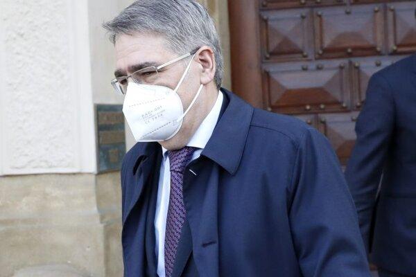 Ruský veľvyslanec v Českej republike Alexandr Zmejevskij odchádza z budovy českého ministerstva zahraničných vecí v Prahe v stredu 21. apríla 2021.