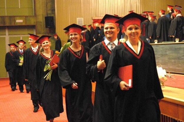 Vysokoškoláci nakoniec dostanú diplomy osobne v škole.