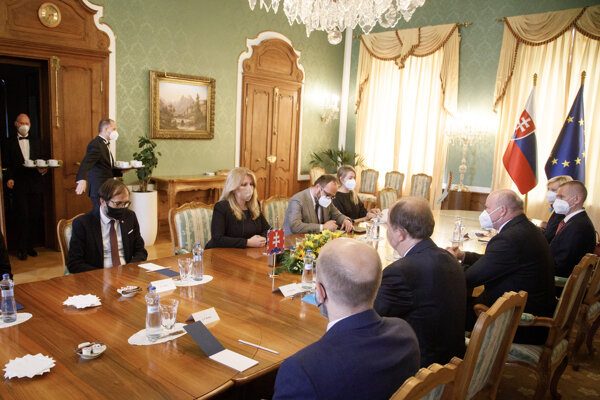 Prezidentka Zuzana Čaputová diskutuje so zástupcami Združenia miest a obcí Slovenska (ZMOS) a Únie miest Slovenska (ÚMS).