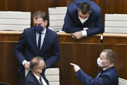 Minister financií Igor Matovič, vpravo dole predseda parlamentu Boris Kollár, nad ním predseda výboru pre financie a rozpočet Marián Viskupič zo SaS.